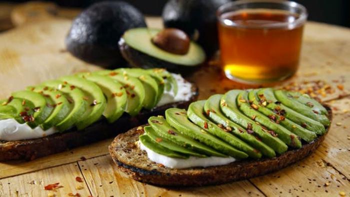 ideas sobre como se come el aguacate, desayunos con aguacate saludables, tostadas con crema de queso, aguacate y chile
