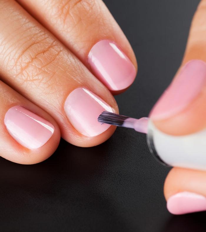 tendencias en las uñas primavera verano 2019, uñas francesas en rosado claro, ideas de uñas de gel bonitas en colores pastel