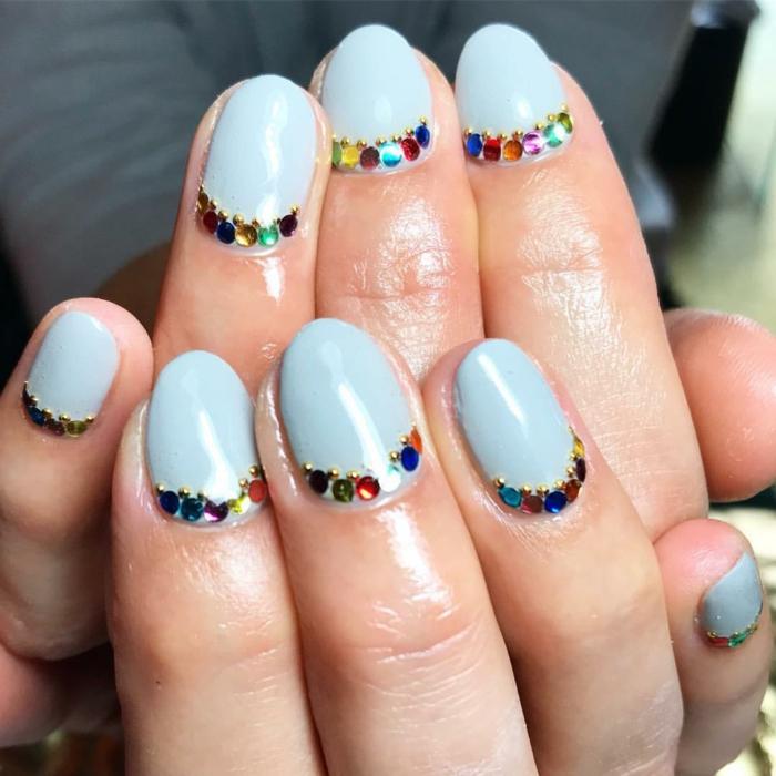 uñas pintadas en colores pastel con decorados de piedras brillantes, ideas de uñas de gel bonitas, fotos de uñas modernas