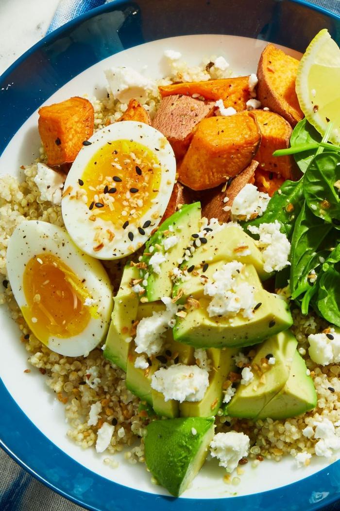 como se come el aguacate, cenas con aguacate saludables, quinoa cocida con aguacate, huevos cocidos, batatas y espinacas