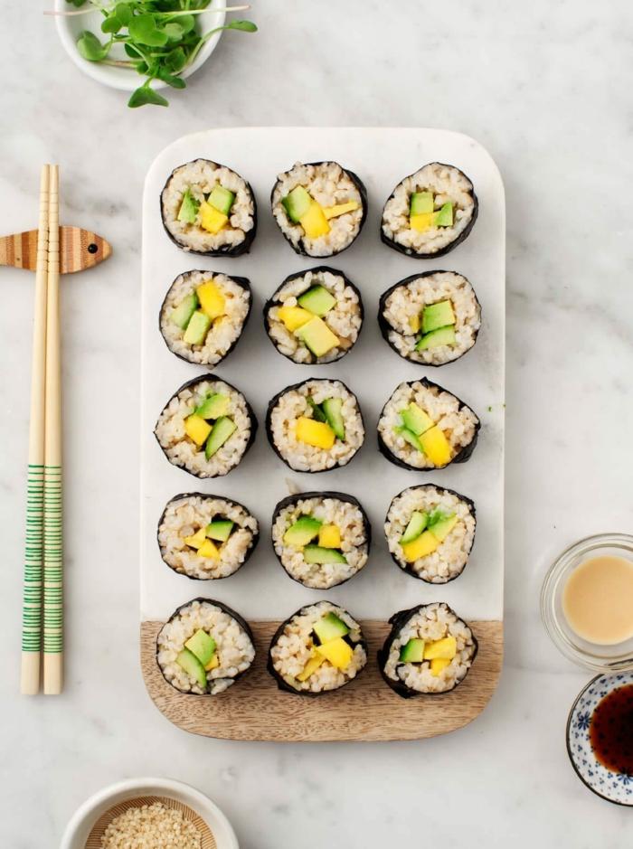 ejemplos sobre cómo se come el aguacate, sushi casero con trozos de aguacate, originales ideas de recetas con aguacate
