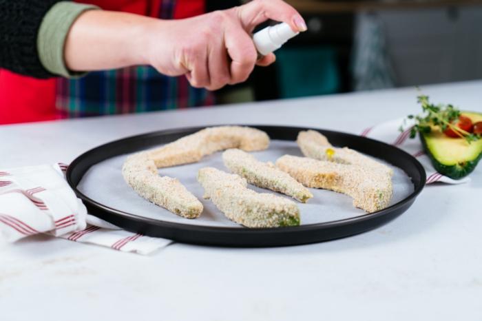 trozos de aguacate empanados espolvorear con aceite en aerosol, ideas de recetas ricas y faciles de hacer en casa