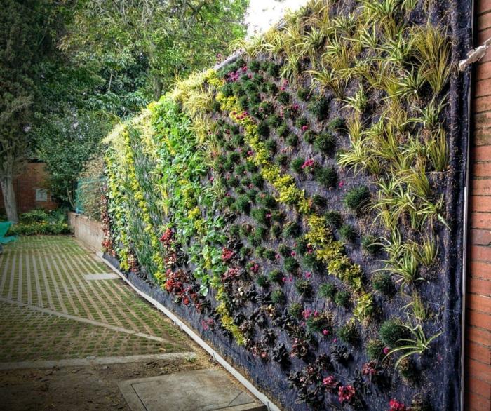 decoracion jardin con jardineras verticales, las mejores propuestas sobre cómo organizar un jardín moderno y bonito