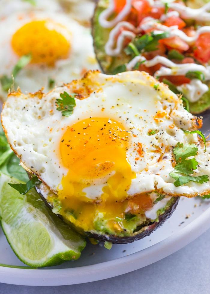 recetas de aguacates rellenos fáciles de hacer, ideas sobre que comer hoy, aguacate con huevos fritos, perejil y lima