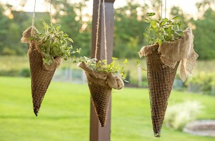 originales ideas sobre pequeños jardines verticales, como montar un jardín, conos colgantes con plantas verdes, decoracion salón original