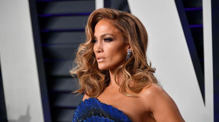J Lo con un bonito peinado pelo rizado, corte de pelo para mujeres de 50 años cara redonda, cortes de pelo modernos y bonitos