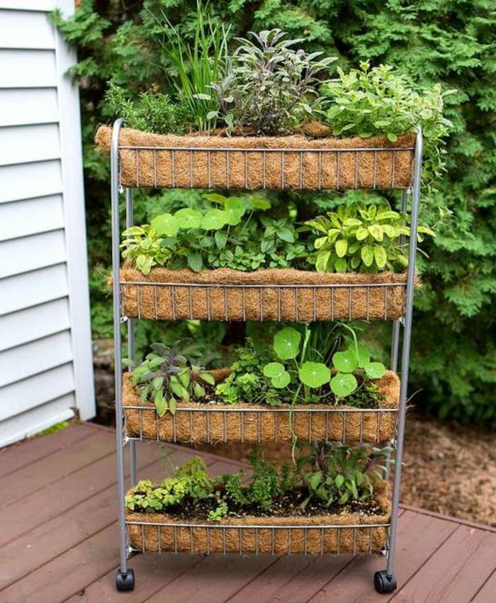 macetas verticales en ruedas, jardines bonitos DIY, como organizar un jardín vertical en un patio pequeño, jardines en estilo rústico