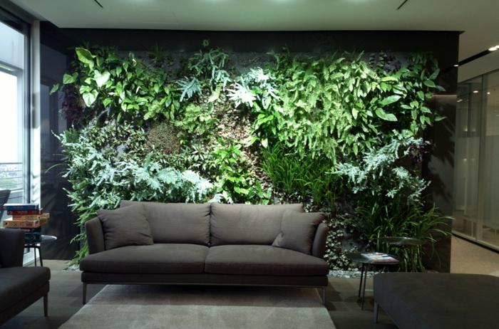 salón en estilo moderno decorado en tonos oscuros con muro verde, super originales ideas de jardin vertical interior en fotos