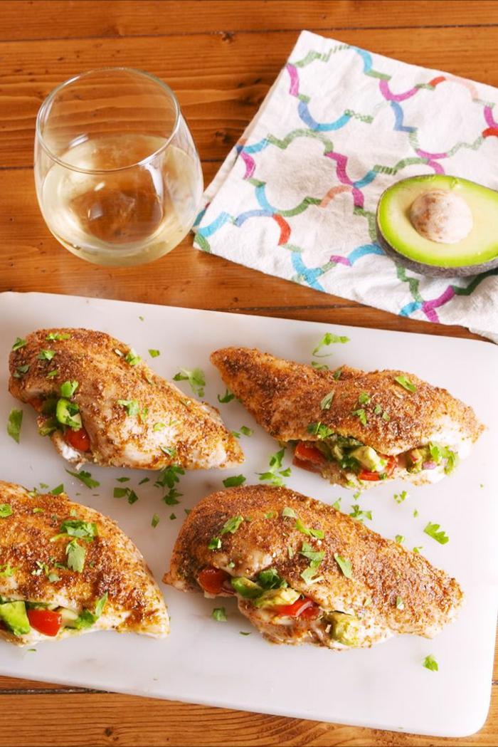 aguacate con tomate y pollo, recetas de cenas originales, saludables y fáciles de hacer, ideas sobre qué comer hoy