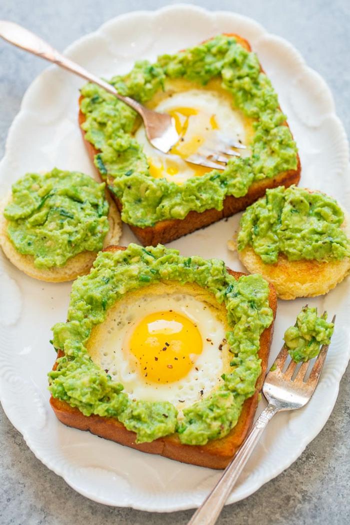 mixto con huevo con aguacate machacado, las mejores ideas de desayunos con aguacate en fotos, imagenes de desayunos sanos