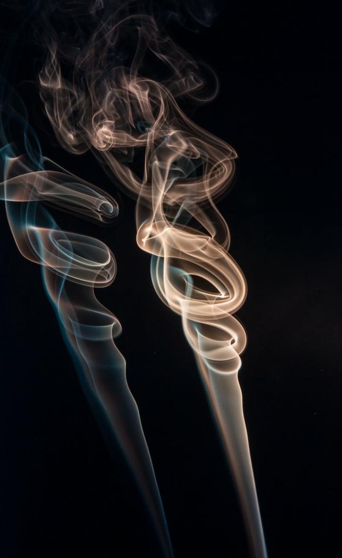 imagines bonitas para fondo, ideas de artísticas bonitas, originales ideas de fondos de pantalla movil, fondo color negro con espirales de humo