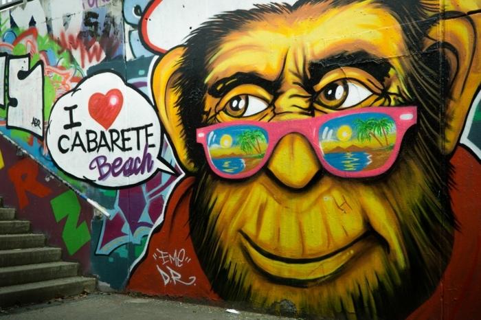super originales ideas de fondos chulos, pared decorada con dibujos y pinturas, grande dibujo de mono, ideas de fondos artísticos