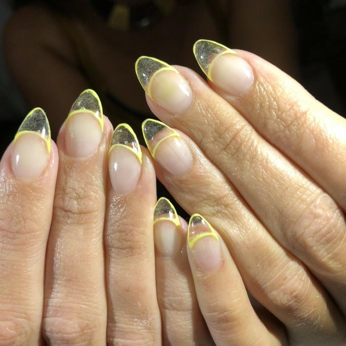 preciosas uñas francesas, uñas en gel acrílicas con puntas con toques de color, uñas de gel bonitas