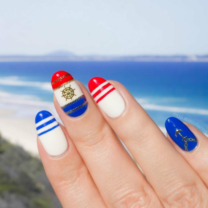 uñas largas almendradas pintadas en azul marino, rojo y blanco con decorados en dorado fotos de uñas de gel bonitas para el verano