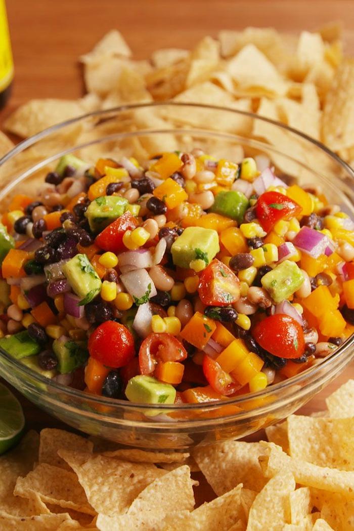 rica ensalada con cherry tomates, cebolla, maiz, aceitunas y aguacate, aguacate con tomate, recetas de ensaladas saludables