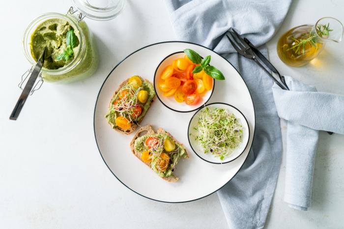 propuestas de platos con aguacate para un comienzo del día sano y nutritivo, pesto casero con aguacate y albahaca