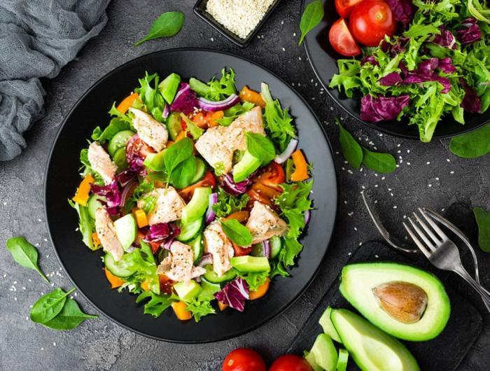 ensalada verde con pollo, lechugas, zanahorias y espinacas verdes, propuestas de comidas con aguacate, aguacate con tomate