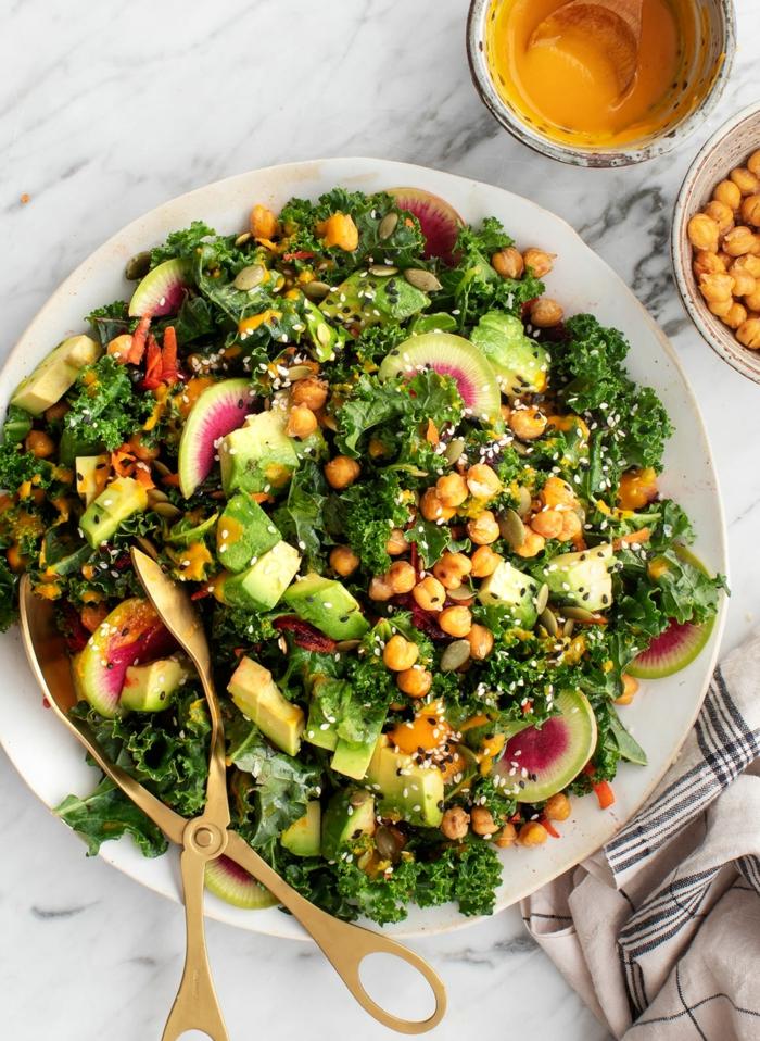 ideas sobre qué comer hoy, comidas con aguacate saludables, ensalada de lechuga, espinacas, higos, garbanzos, semillas y aguacate