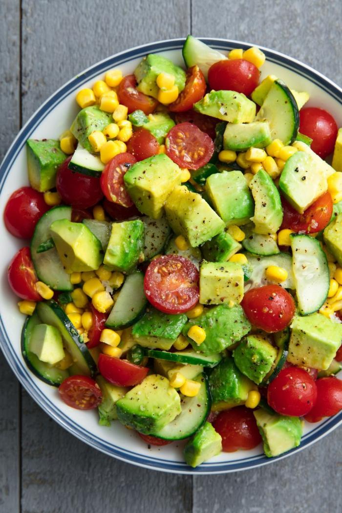 aguacate con tomate, propuestas de ensaladas ricas y nutritivas, comidas para hacer en casa en verano, ensalada con aguacate y maíz