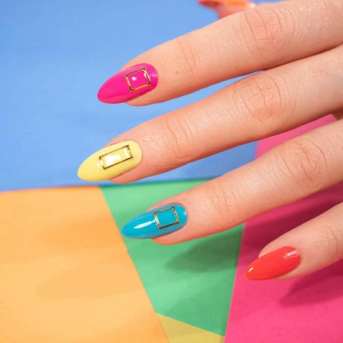 tendencias en manicura 2019, uñas de gel decoradas en diferentes colores, uñas largas almendradas pintadas en un solo color