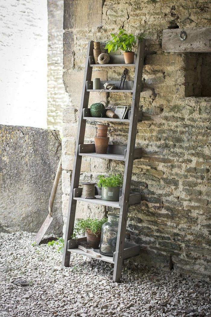 jardineras de madera originales, ideas de jardines verticales para jardines y patios en estilo rústico, super originales ideas