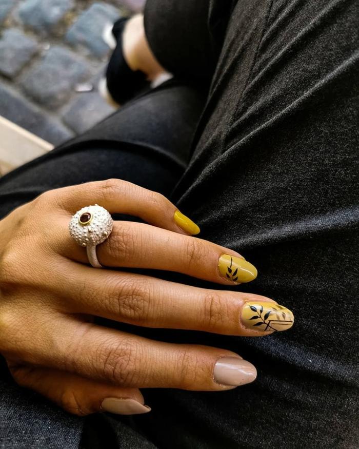 increíbles modelos de uñas con decorados, uñas de gel decoradas, uñas largas ovaladas pintadas en amarillo y beige