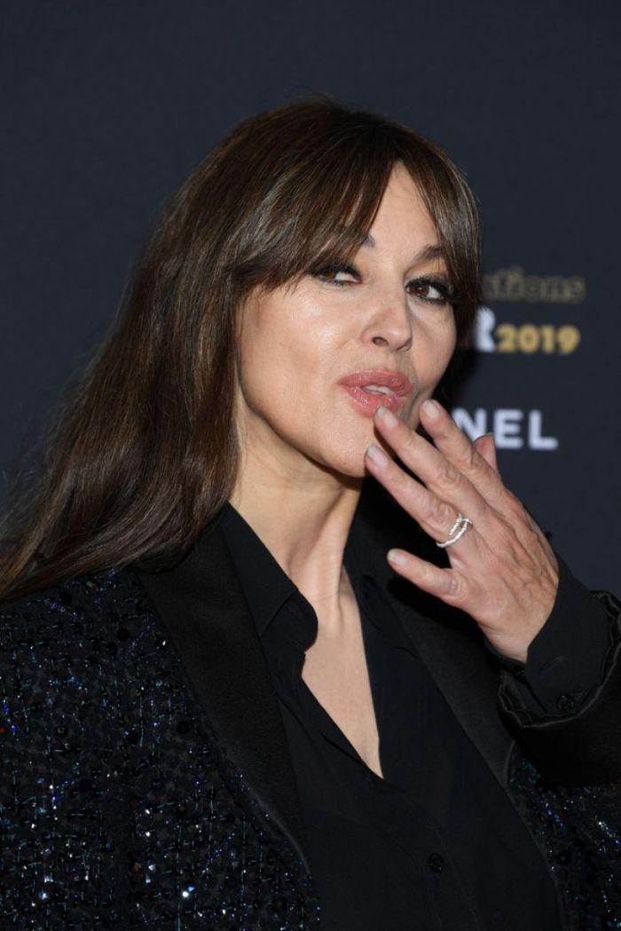 los ejores peinados y cortes de pelo para mujeres de 50 años, cortes de pelo corto a capas fotos, Monica Belluci con un flequillo lateral