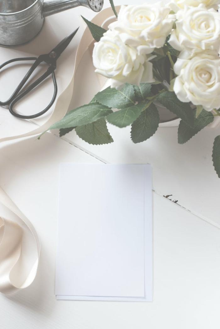 decoración mesa blanca con flores, preciosas ideas de fondos de pantalla para ordenador, originales imagines para descargar en tu móvil
