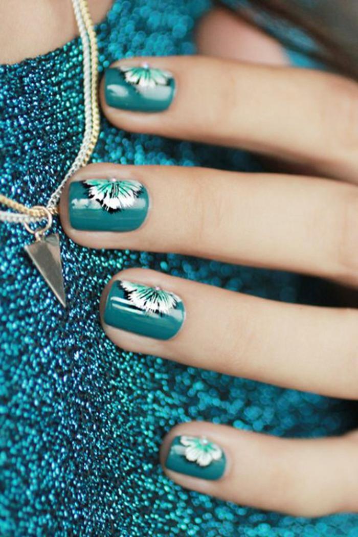 uñas cortas pintadas en verde con decorados de flores, uñas de gel decoradas, fotos de uñas de gel con motivos florales