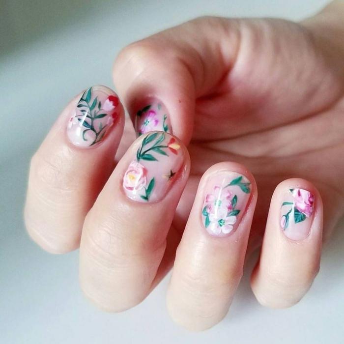 uñas pintadas en color nude con bonitas flores, diseños de uñas con motivos florales, uñas de gel decoradasen fotos