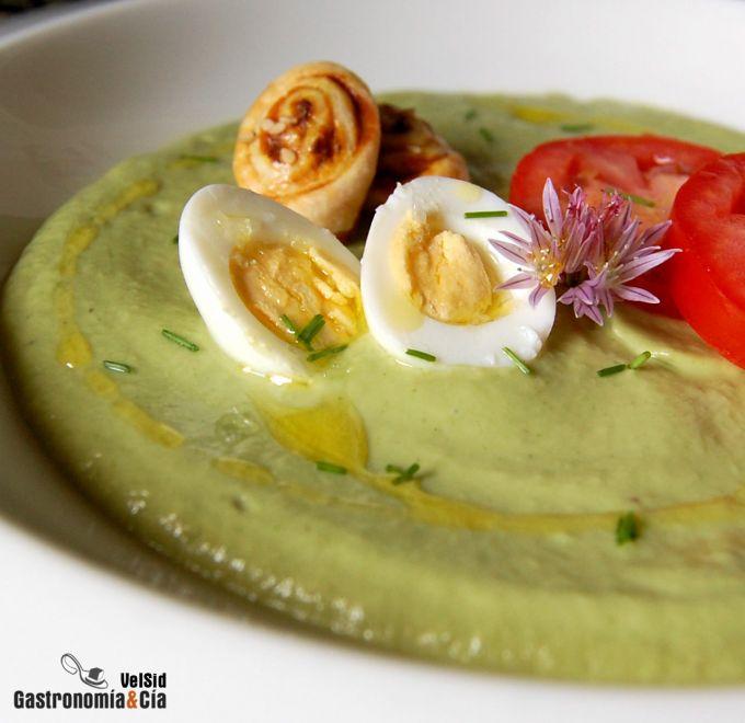 recetas de platos con aguacate para el verano, gazpacho con aguacate, huevos fritos y tomates, sopas con aguacate fáciles de hacer