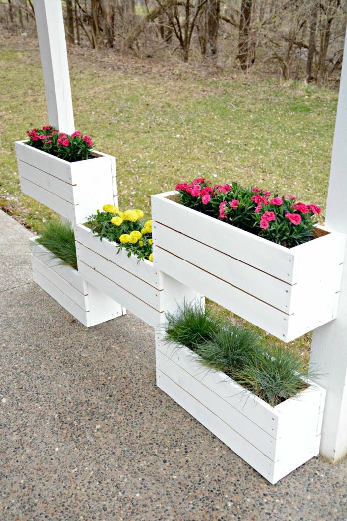 diseño de jardines de madera, macetas originales de madera pintadas en blanco con flores de color, diseño de jardines
