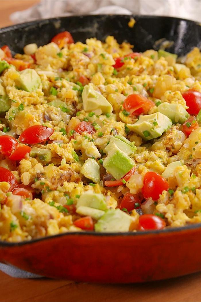 recetas de aguacat para cenas para toda la familia, huevos revueltos con tomates y trozos de aguacate, platos para el verano ricos