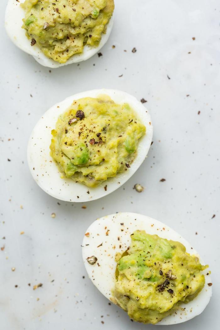 huevos cocidos llenos de pasta de guacamole, las mejores ideas de recetas de aguacat para cenas en imagenes con recetas paso a paso