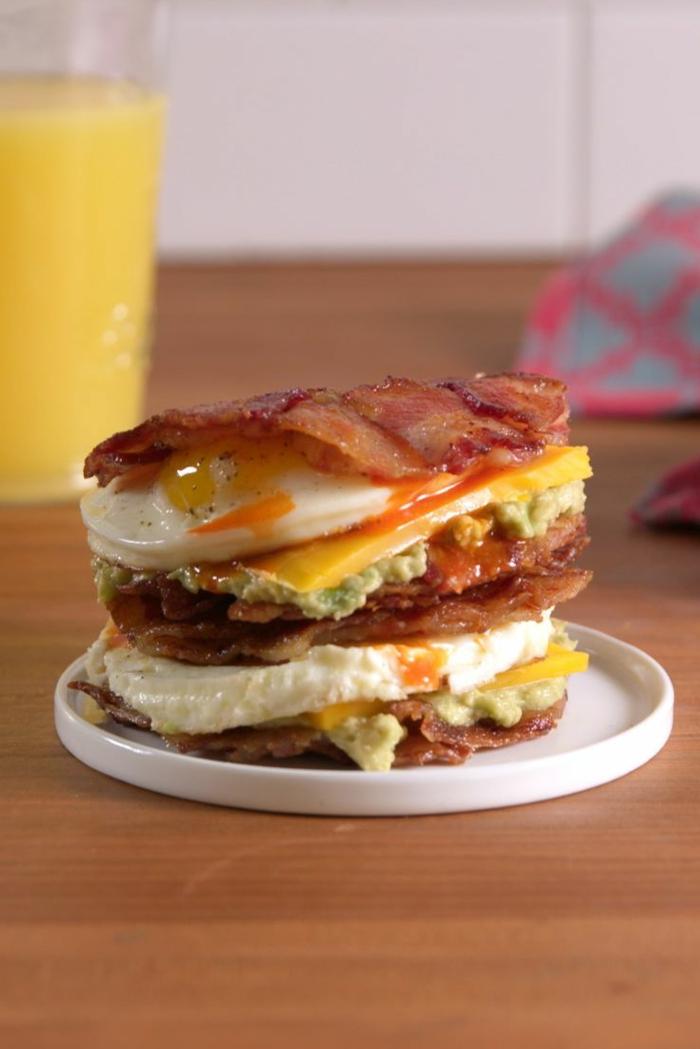 las mejores ideas de desayunos ricos y nutritivos, sandwich con tocino, huevos, queso y aguacate, recetas fáciles y saludables