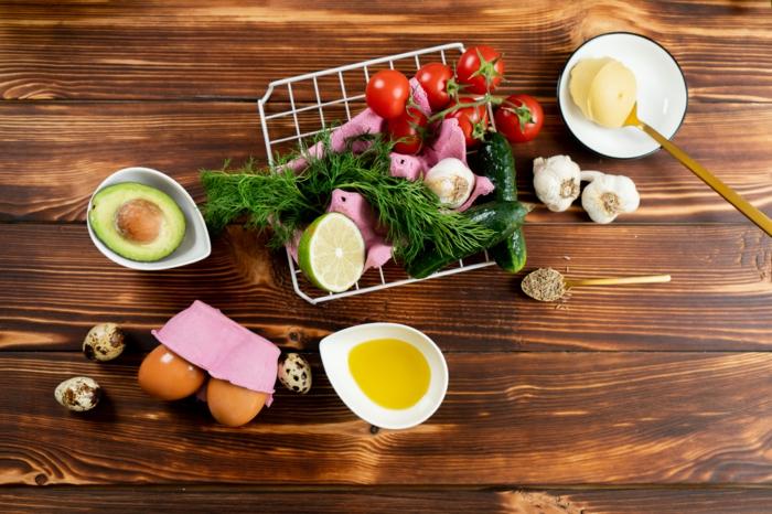 ingredientes para hacer aguacates fritos, aguacate, huevos, lima, tomates cherry, ajo, lima, ideas de recetas originales