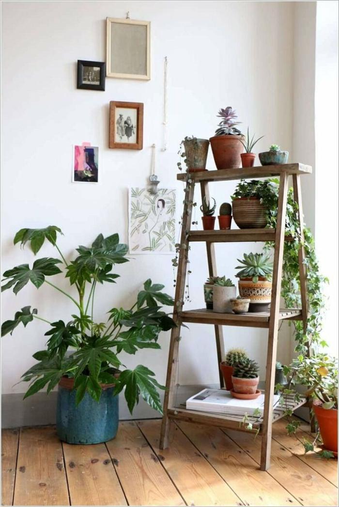 super originales jardineras de madera hechas de escaleras, salón decorado en blanco en estilo bohemio con muchas plantas verdes