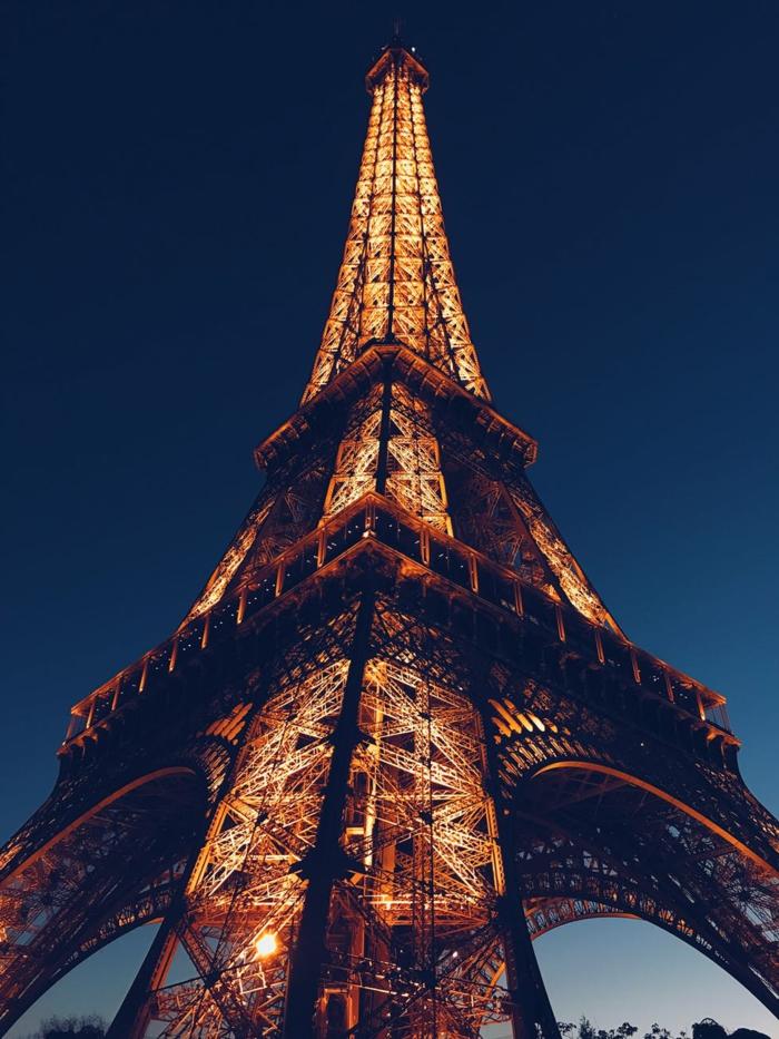 bonita imagen de la torre eifel con las luces encendidas, fotografías bonitas para descargar y usar como fondo de pantalla