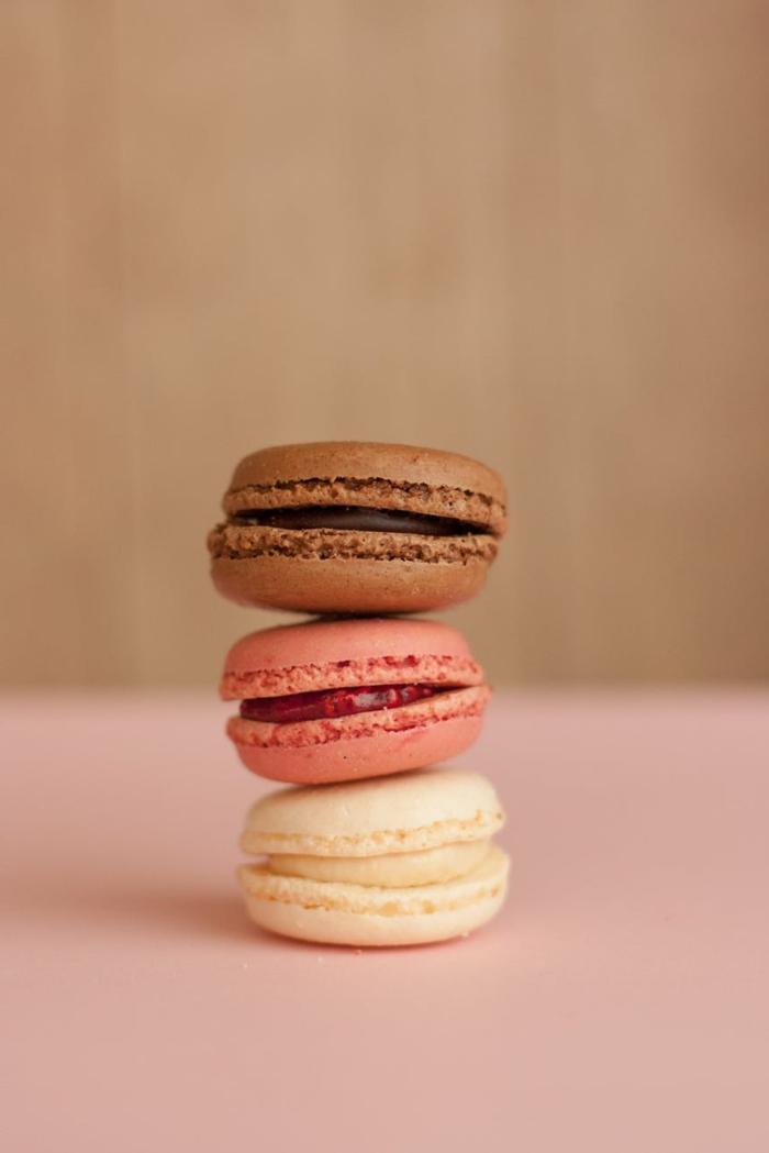 fondos de pantalla chulos para el movil, fondos de pantalla guapos para cada gusto, bonita imagen de macarons en diferentes colores en fondo rosado y beige
