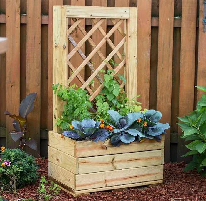decoración jardín plantas verdes macetas de madera, jardines verticales de madera super originales, como hacer jardin vertical para plantas