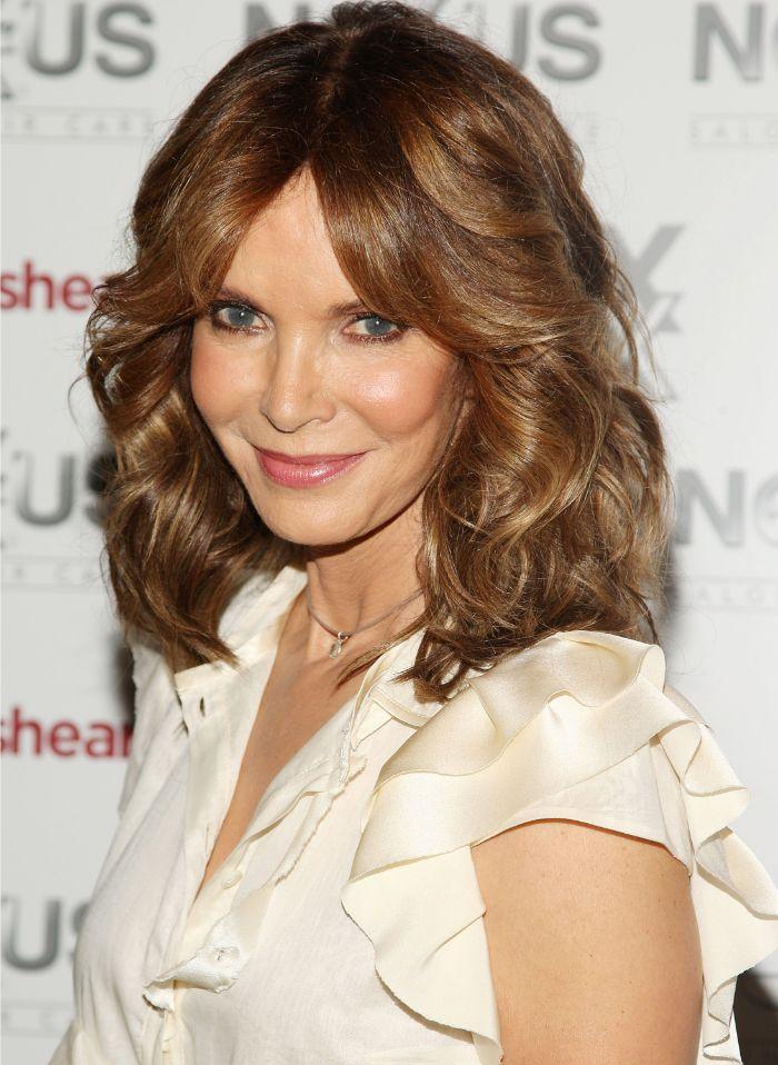 ideas de corte de pelo para mujeres de 50 años cara redonda, corte de pelo melena midi rizada, cortes de pelo modernos