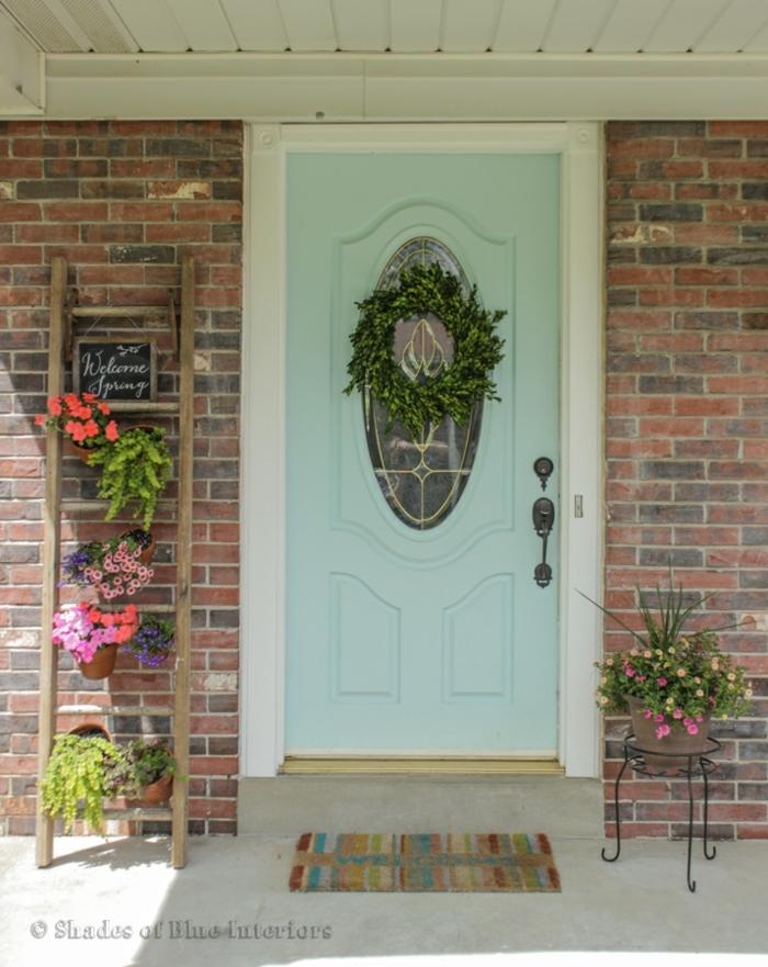 como decorar la entrada de tu casa con macetas de flores, escaleras de madera con flores en colores bonitas, decoración jardín