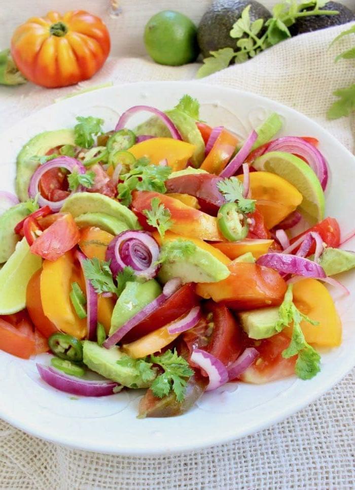 ideas de recetas de aguacate faciles en 100 imagenes, ensalada de aguacate con tomate, cebolla roja, perejil y verduras