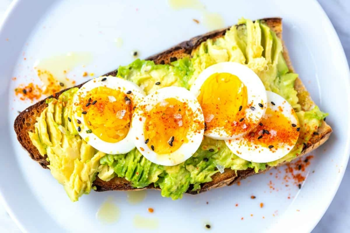 tostadas con aguacate en puré y huevos hervidos, las mejores ideas de desayunos saludables y fáciles de hacer paso a paso