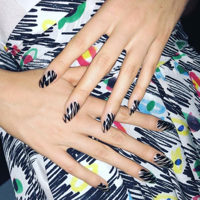 tendencias en uñas 2019, uñas pintadas en color nude con decoración en negro, detalles en las uñas