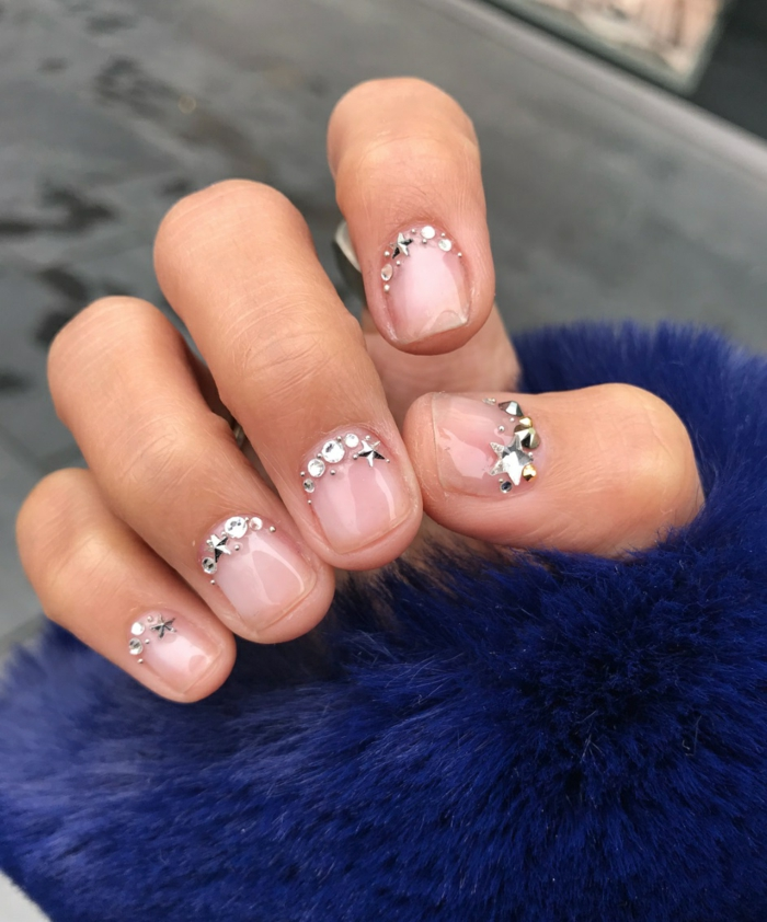 uñas cortas pintadas en color transparente con decoración de piedras, fotos de uñas decoradas elegantes