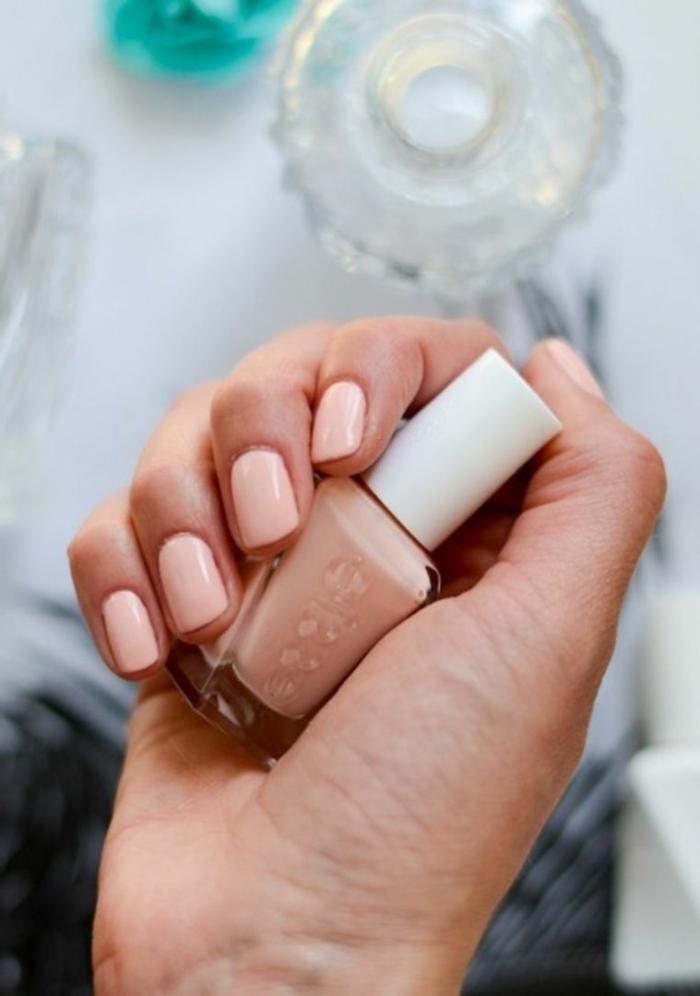 color de uñas verano 2019, uñas cortas pintadas en color nude, colores para llevar en verano, manicura estilosa y delicada