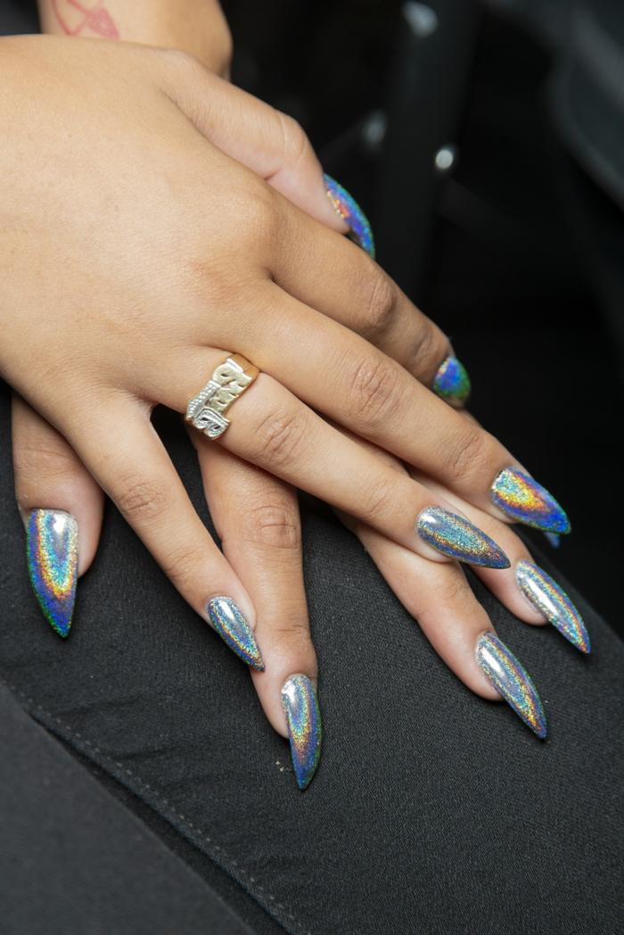 uñas acrílicas pintadas en colores vibrantes para el verano, color de uñas verano 2019, manicura verano 2019 en fotos