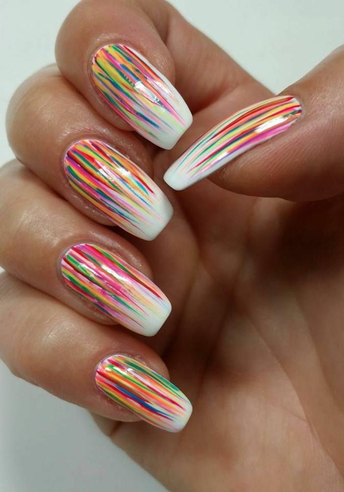 uñas largas acrílicas pintadas en blanco con decoraciones en diferentes colores, color de uñas verano 2019