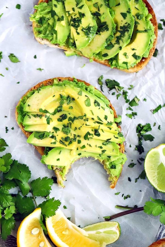 ideas en fotos sobre que es un brunch, tostadas con aguacate y perejil, recetas ricas y fáciles de hacer en verano, comer sano ideas